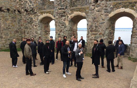 O grupo de 'hipsters' posando em um castelo em ruínas na Suécia.
