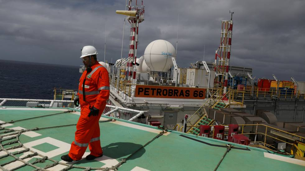 Trabalhador em uma planta da Petrobras