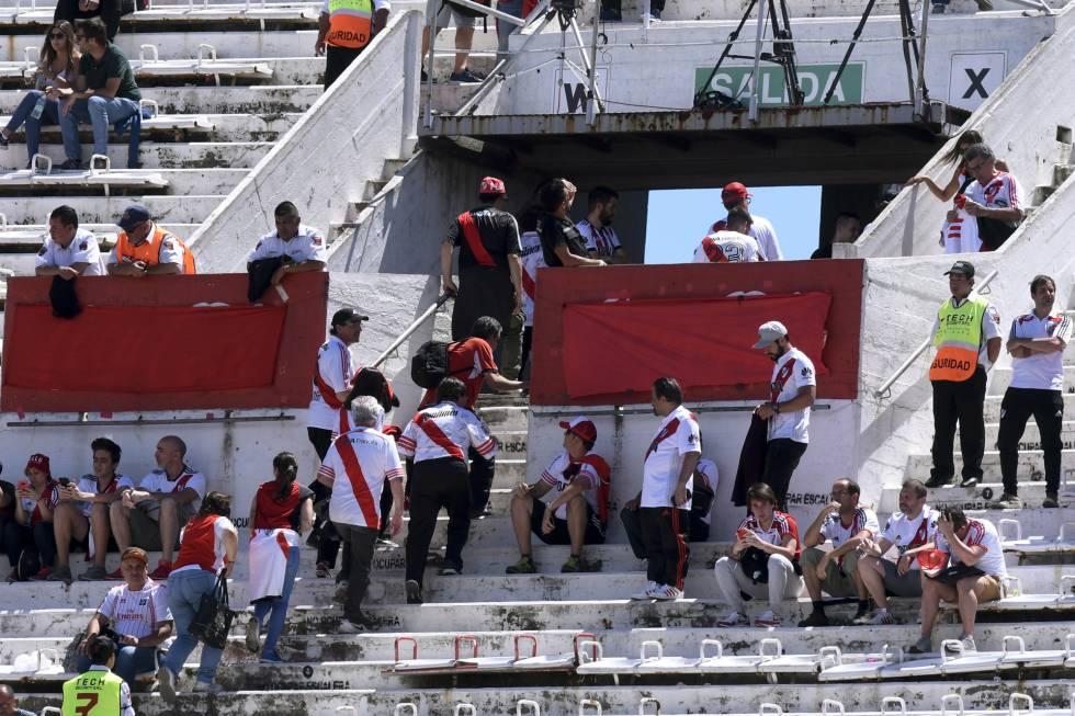 Torcedores do River Plate abandonam o estádio depois de confirmado o adiamento do jogo contra o Boca.