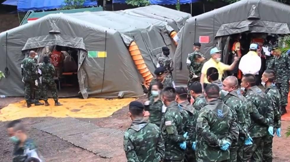 Militares tailandeses preparam o translado dos meninos resgatados da caverna de Tham Luang