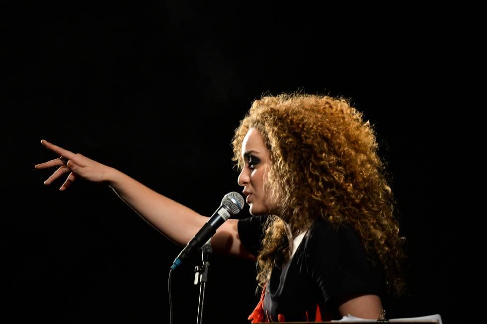 A cantora Aíla, em show no festival Se Rasgum.
