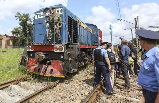 O trem equipado com vagões refrigerados chega a Carcóvia na terça-feira com os cadáveres do desastre aéreo. / SERGEI KOZLOV (EFE)