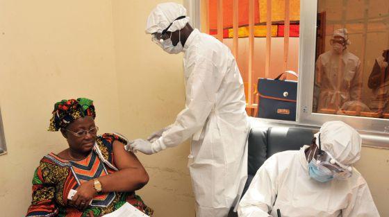 Mulher recebe vacina do ebola em Conakry, na Guiné.