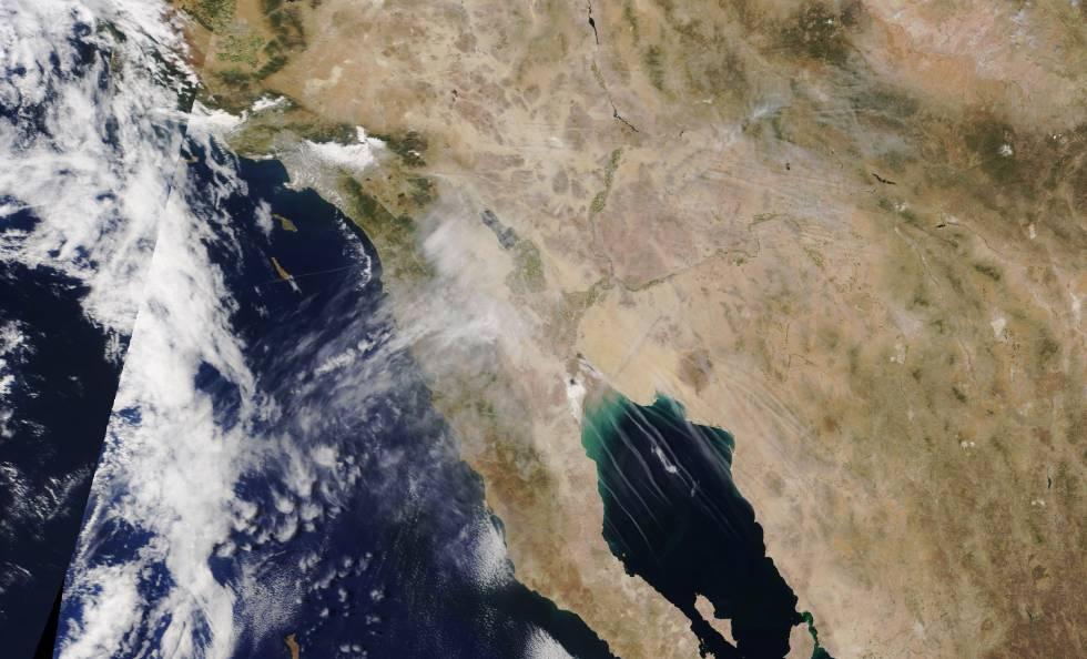 'Contrails' sobre o golfo da Califórnia (centro) e o deserto de Sonora (direita).