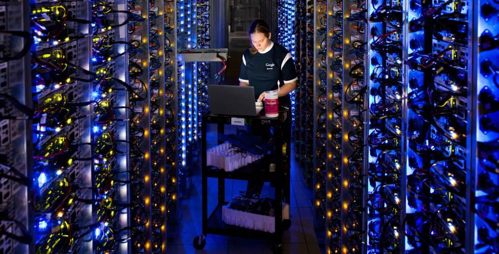 Funcionária no centro de dados do Google em The Dalles (Oregon, Estados Unidos).