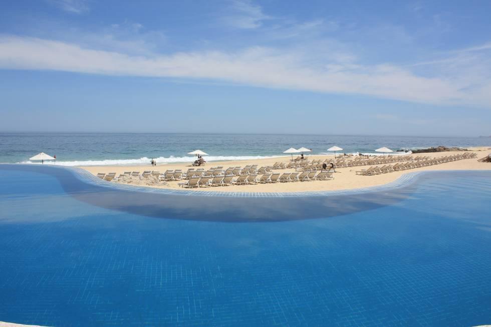 Piscina com vistas ao Pacífico no hotel Westin Los Cabos na península da Baja California, México.