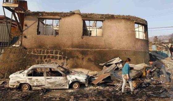 Carros e casas queimadas em Valparaíso neste domingo.