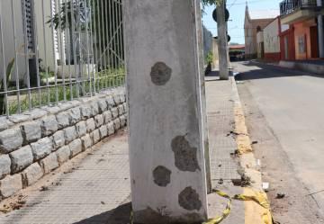 Marcas de tiros nos postes próximos da agência bancária que seria alvo dos criminosos