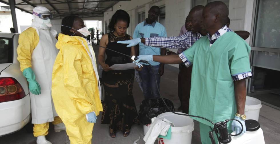 Enfermeiros ensaiam o protocolo de intervenção em caso de ebola no Congo, em 2014.