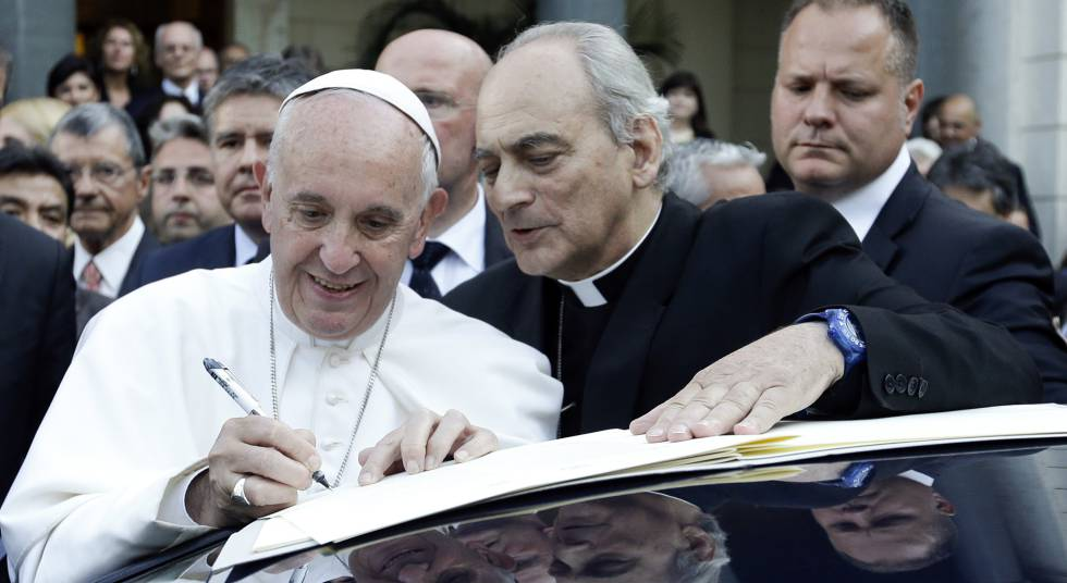 O Papa, junto ao monsenhor Marcelo Sanchez Sorondo.