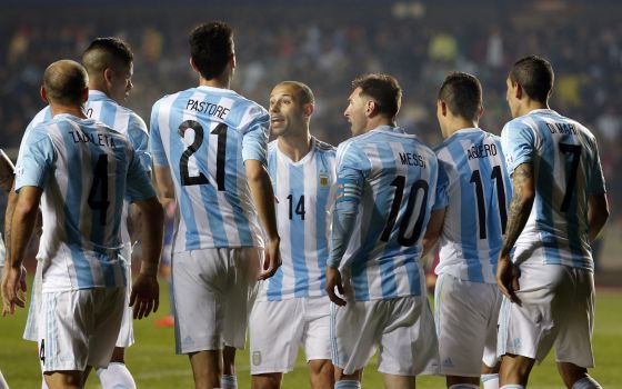A seleção argentina celebra gol de Pastore contra o Paraguai.