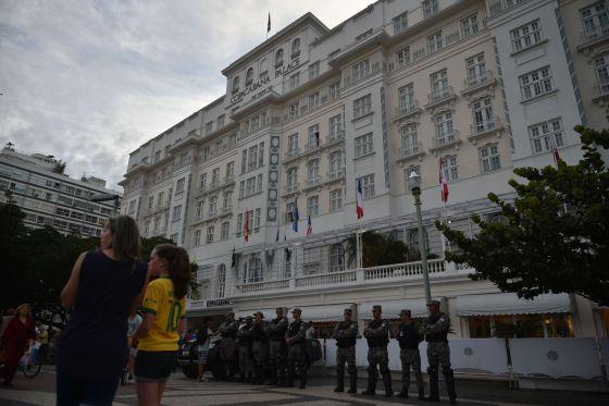 Oficiais no Copacabana Palace, após a detenção de Ray Whelan.