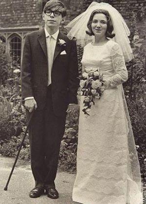 O cientista Stephen Hawking e a escritora Jane Hawking no dia de seu casamento, em 1965.