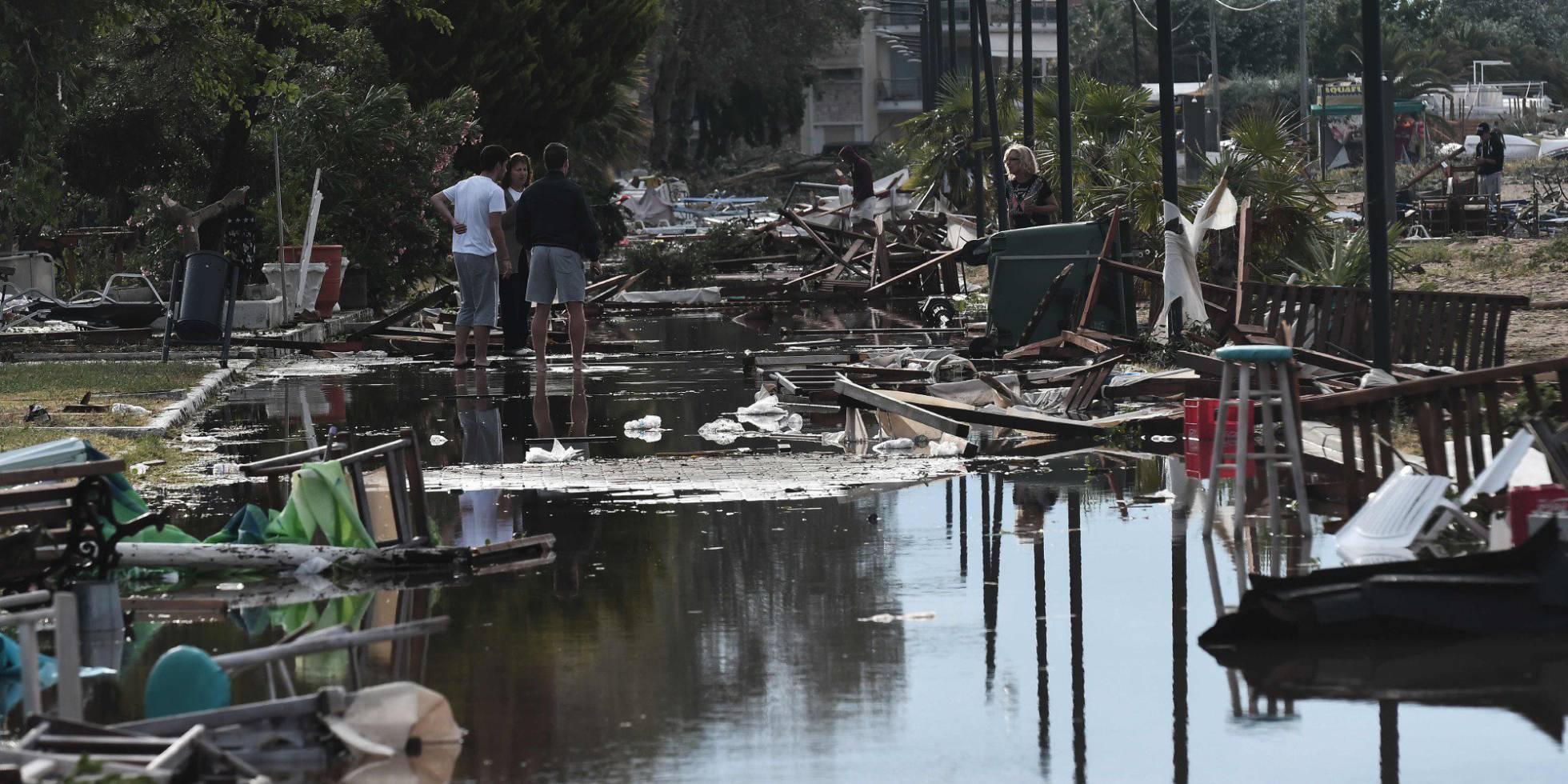 Dos mujeres buscan entre los escombros de un chiriguito destruido.