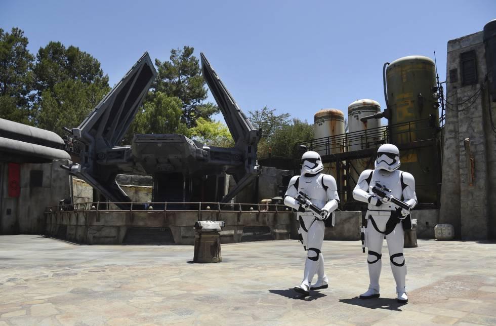 Uma nave Tie Echelon e dois soldados do Exército Imperial no parque temático Star Wars: Galaxy's Edge, no Disneyland Park de Anaheim (Califórnia).