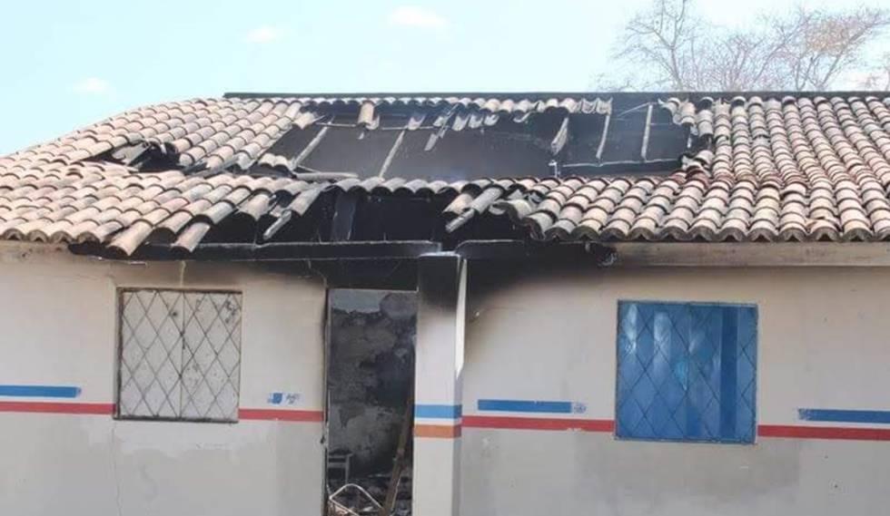 Fachada da escola municipal destruída pelo incêndio.