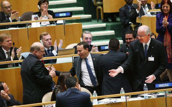 A delegação venezuelana comemora o resultado da votação.
