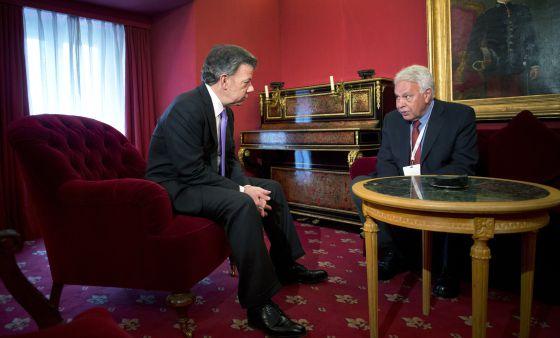 Juan Manuel Santos, presidente de Colômbia (à esq.), com Felipe González, ex-presidente espanhol, nesta segunda-feira, em Madri.