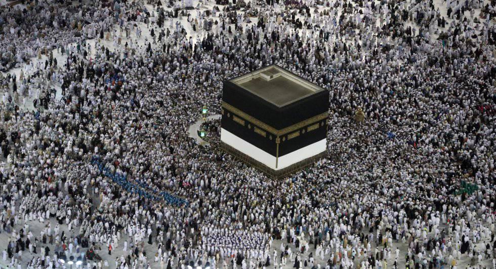 Multidão de peregrinos se prepara para dar voltas ao redor da Kaaba, o santuário mais sagrado do Islã, na Grande Mesquita de Meca.