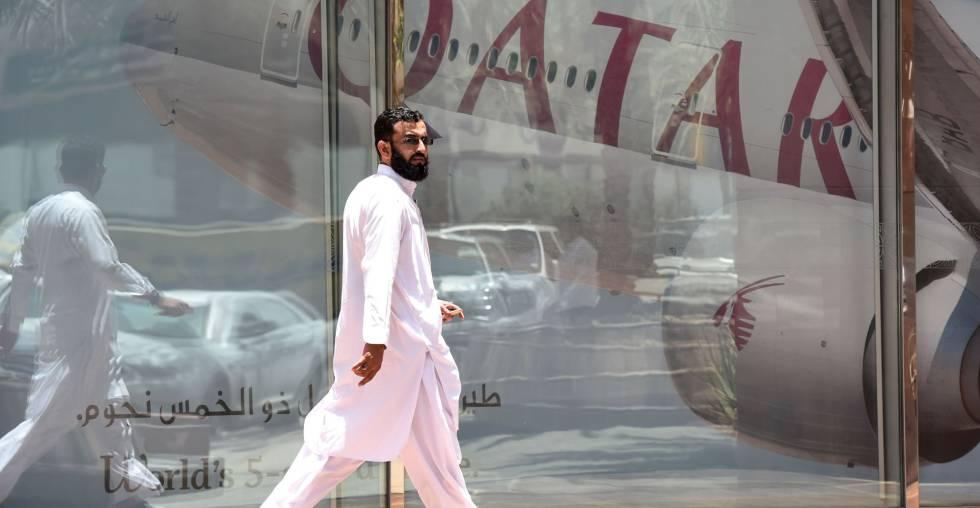 Homem em frente ao hangar da Qatar Airways, em Riad (Arábia Saudita).
