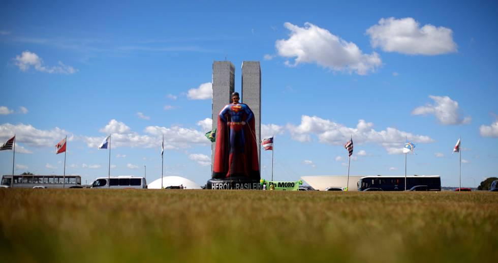 Boneco inflável de Sérgio Moro em frente ao Congresso Nacional, nesta quarta.