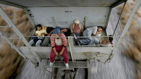 Imigrantes em Nuevo Laredo, México, tentam chegar aos EUA.