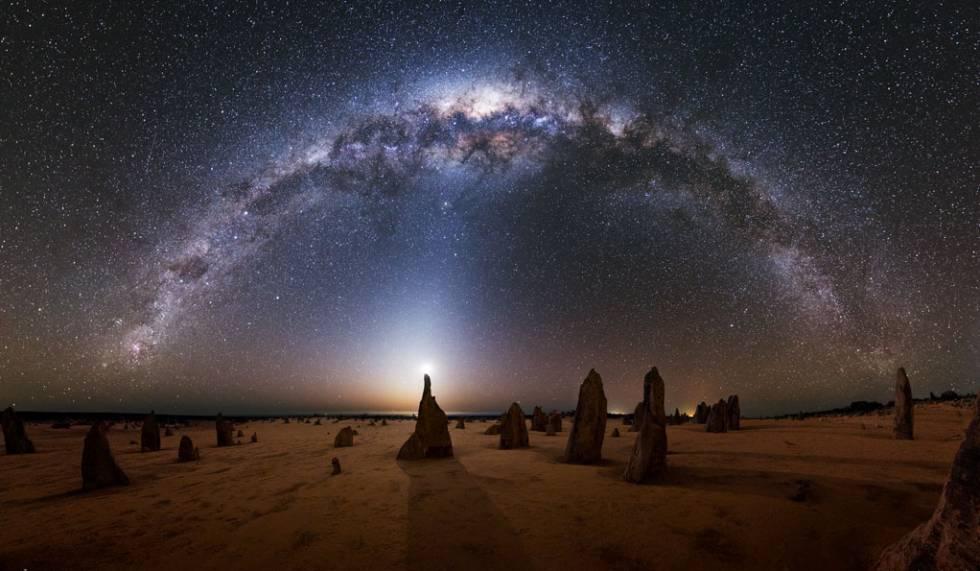 A Via Láctea vista do Parque Nacional de Nambung, no oeste da Austrália.