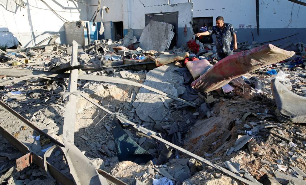 Escombros no centro de detenção de imigrantes atingido por um bombardeio aéreo em Tayura, Trípoli.