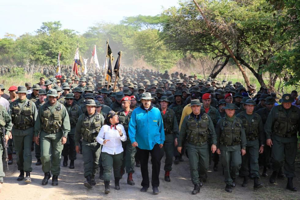 Nicolás Maduro marcha ao lado de militares em El Pao neste sábado para demonstrar força do regime chavista, enquanto protestos contra seu Governo continuam em Caracas.