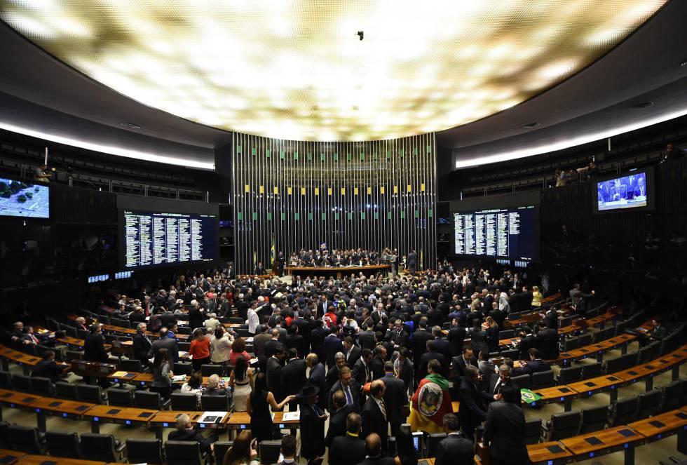 A sessão de votação do impeachment de Dilma Rousseff lotou o plenário da Câmara dos deputados neste domingo e já começou com tumulto e bate-boca entre os parlamentares.