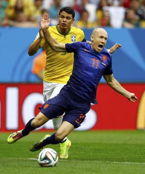 Thiago Silva e Robben, na ação que valeu o pênalti para a Holanda.
