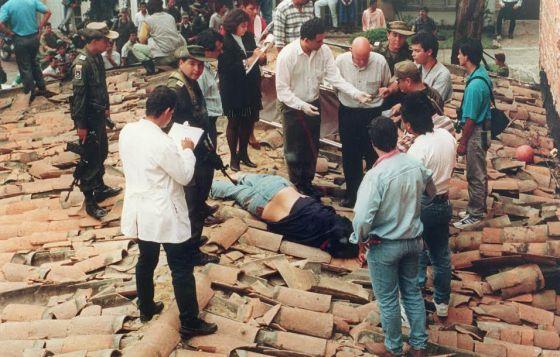 O corpo de Pablo Escobar, morto a tiros pela polícia.