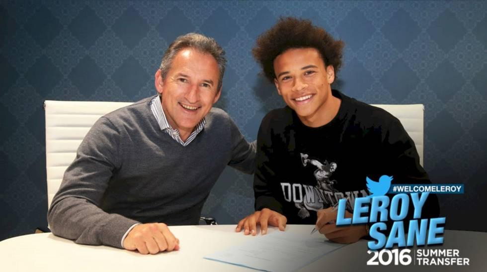 Leroy Sané (dir.) assina contrato com o City ao lado de Txiki Begiristain.