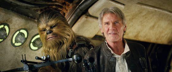 O ator Harrison Ford, como Têm Só, junto a Chewbacca, em uma imagem de 'O acordar da Força'