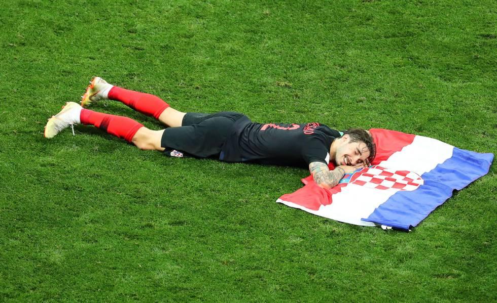 Sime Vrsaljko, com a bandeira da Croácia após a classificação para a final.