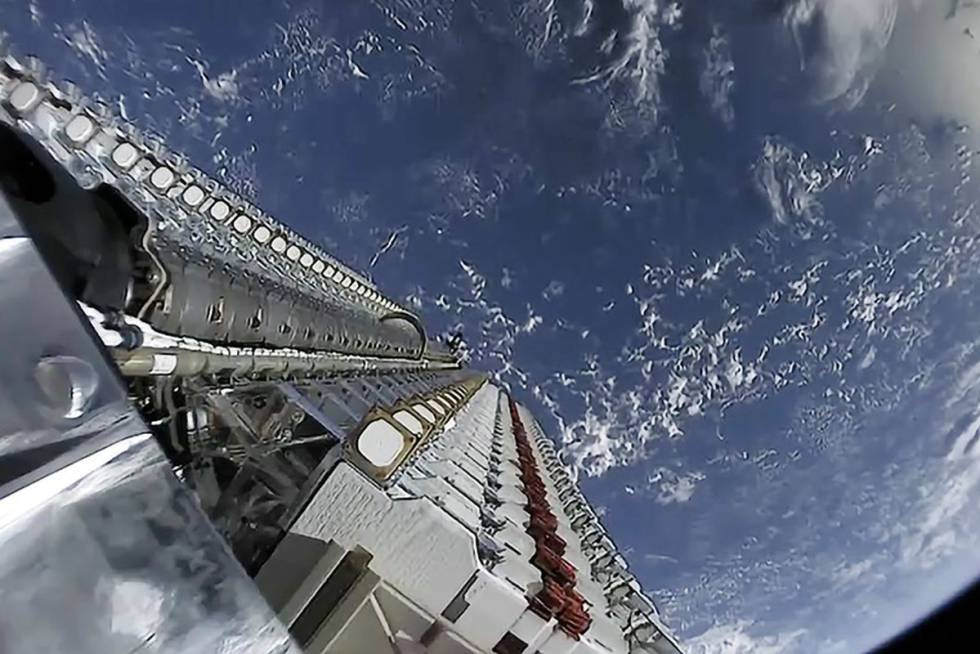 Conjunto de satélites Starlink antes de serem liberados pela segunda etapa do Falcon 9.