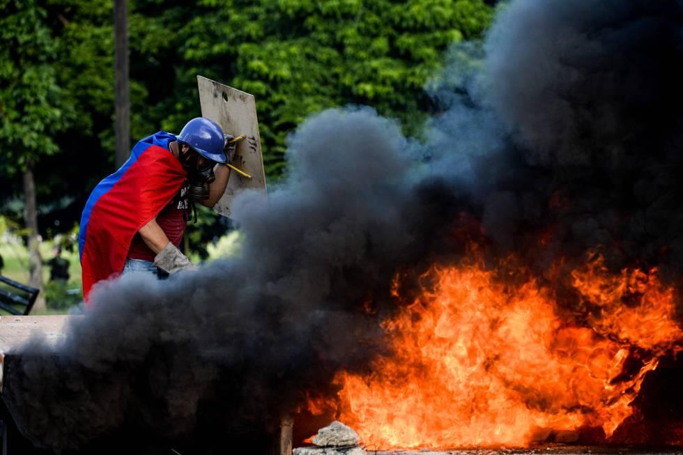 Um manifestante, durante uma mobilização em Caracas no passado dia 23.