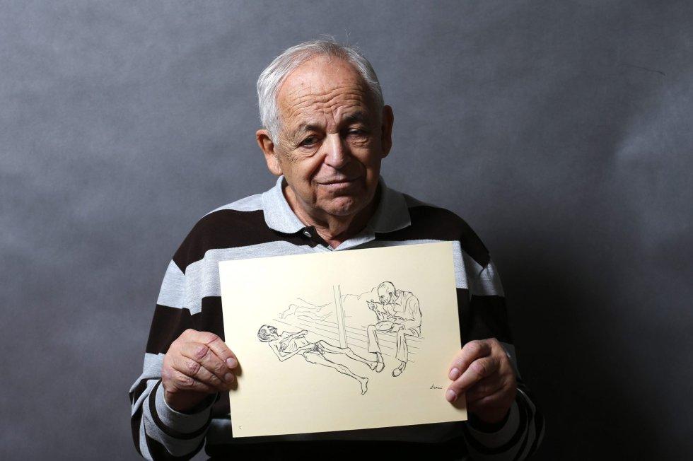 Lajos Erdelyi, de 87 anos, posa com um desenho feito por um amigo do campo de extermínio em Budapeste, 13 de janeiro de 2015. Erdelyi foi enviado a Auschwitz-Birkenau em maio de 1944 e mais tarde foi levado para outro campo. Quando foi libertado pesava menos de 30 quilos, tentou chegar em sua casa caminhando mas desmaiou, e foi levado a um hospital por um agricultor.