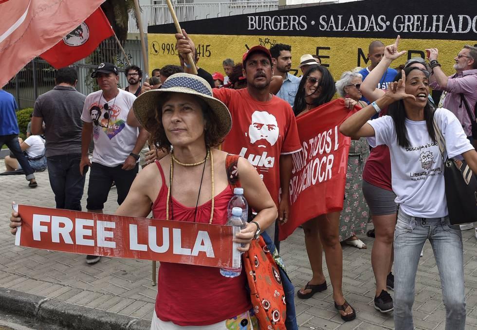 Apoiadores do ex-presidente Lula comemoram em frente à sede da PF em Curitiba a decisão do ministro Marco Aurélio de Mello, que pode beneficiar o ex-presidente.
