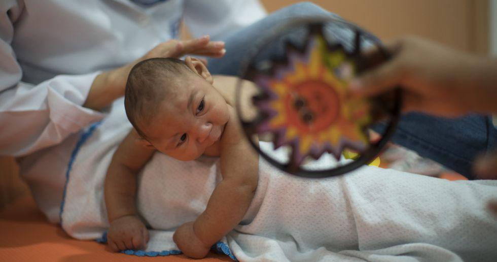 Uma criança com microcefalia em Recife, Brasil.