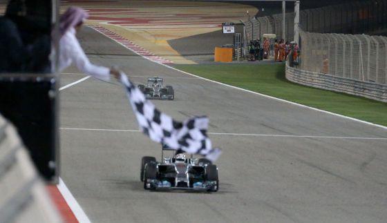 Hamilton recebe a bandeirada da vitória.