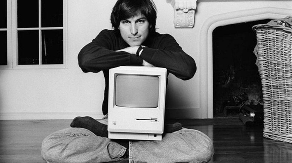 Steve Jobs, em sua casa em Woodside, Califórnia, em 1984. A imagem faz parte do provocador documentário Steve Jobs: The Man in the Machine (2015), no qual seu diretor, Alex Gibney, investiga as contradições do fundador da Apple.
