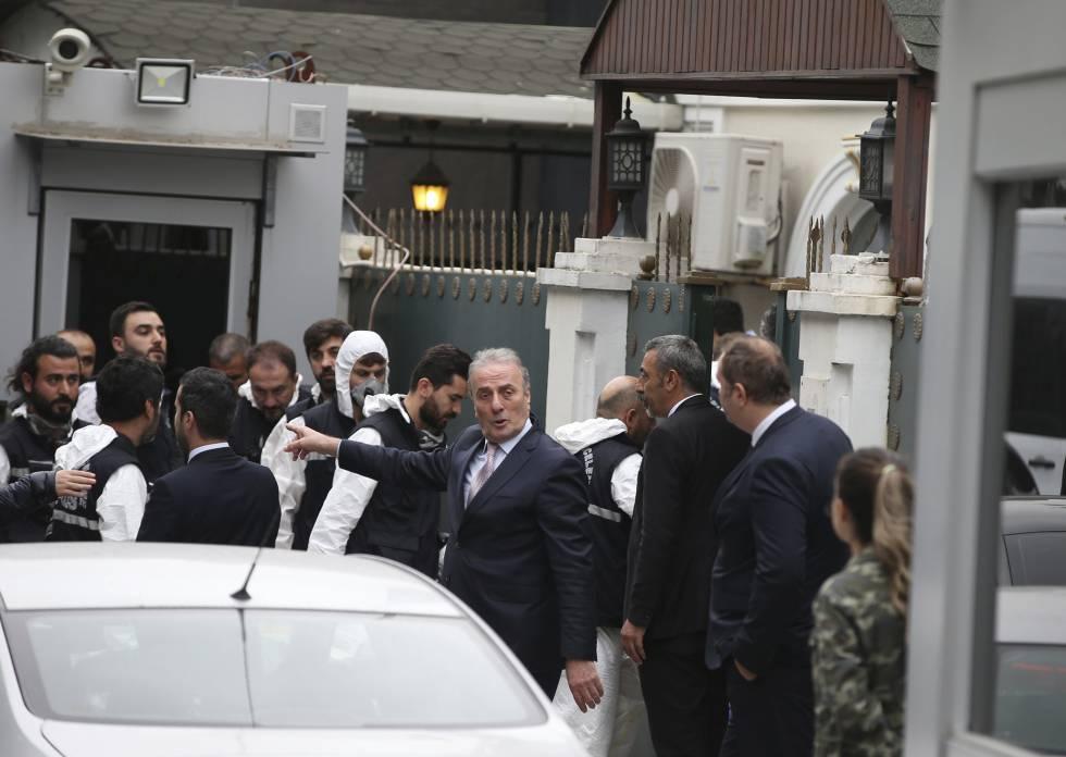 A polícia turca se prepara para entrar na residência do cônsul em Istambul.