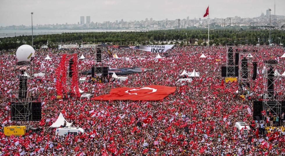 Comício de encerramento de campanha do oposicionista Muharrem Ince, no sábado em Istambul