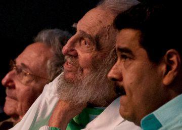 O líder cubano assistiu aos atos de homenagem ao lado do aliado presidente da Venezuela