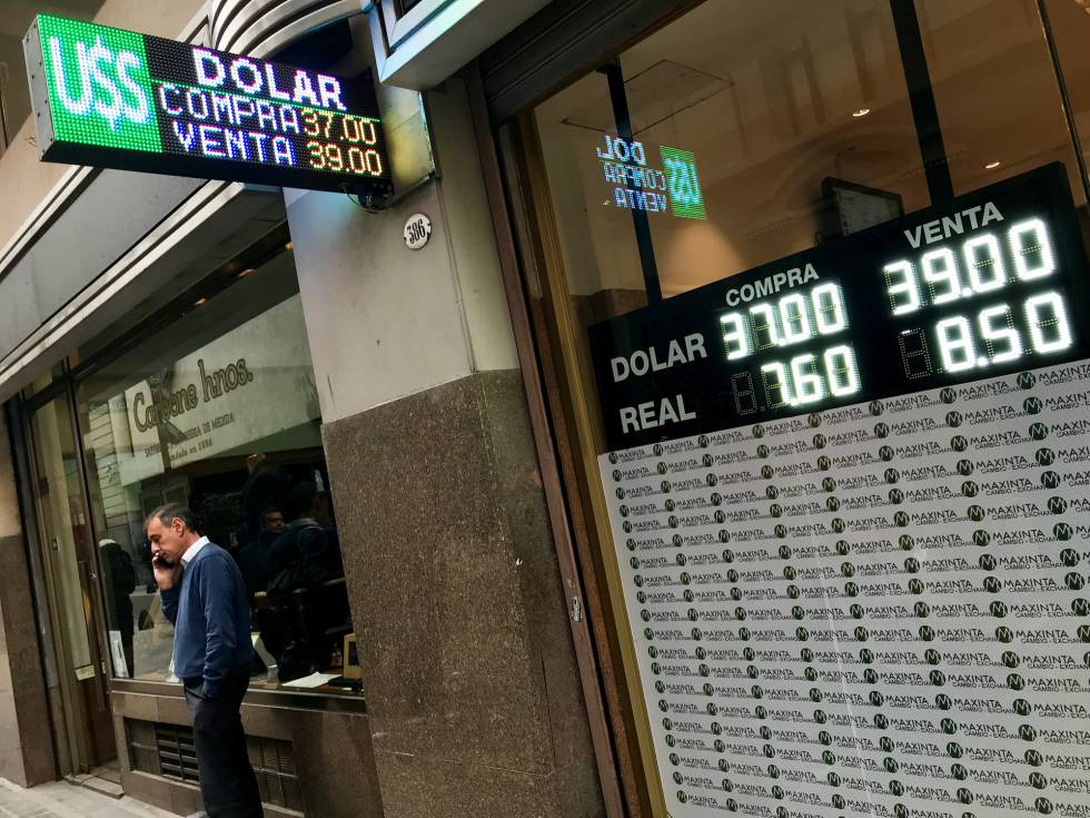 Painel de casa de câmbio em Buenos Aires mostra a cotação do dólar na quinta-feira.