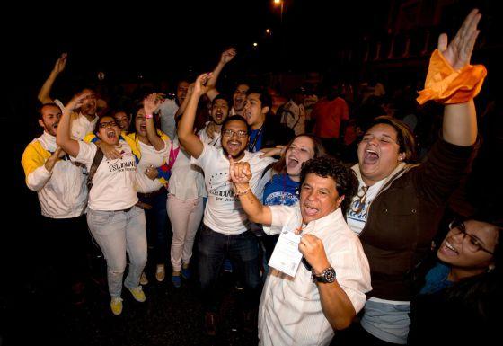 Simpatizantes da oposição celebram em Caracas sua vitória nas eleições legislativas.