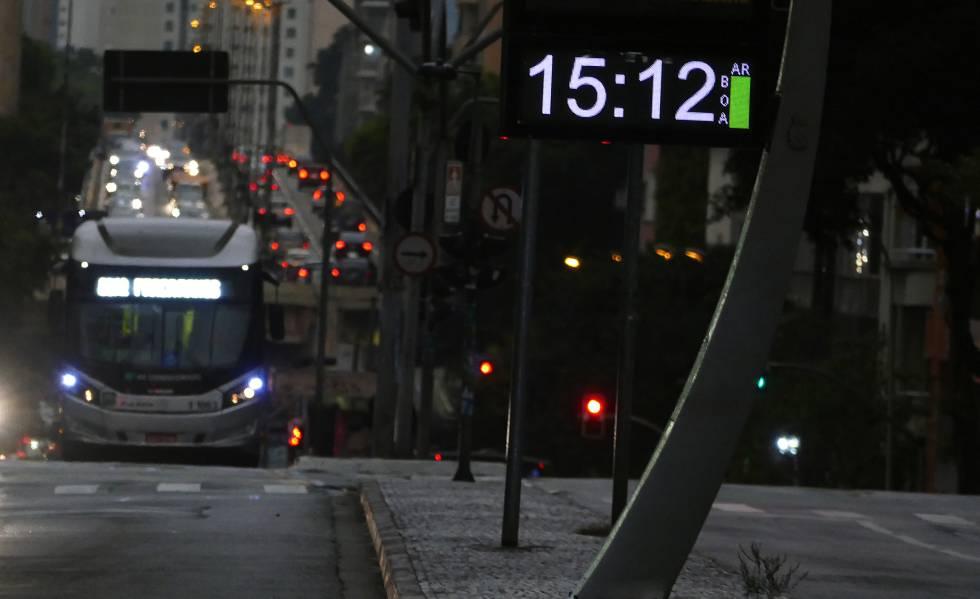 A escuridão toma conta de São Paulo no meio da tarde, nesta segunda-feira, 19 de agosto.