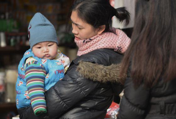 Mãe e filho em uma rua de Shangai.