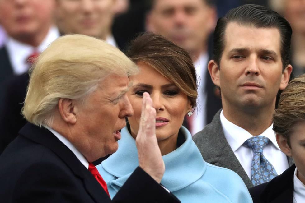 Donald Trump Jr. olha para o seu pai na posse deste como presidente.